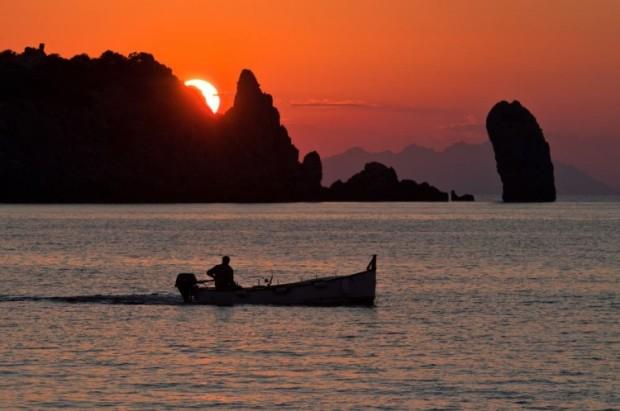 Barca-di-notte-che-costeggia-lIsola-del-Giglio-e1404472728241
